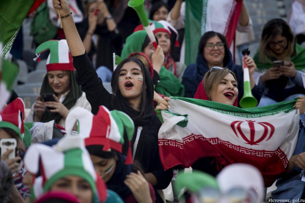 Женщинам дали право смотреть футбол
