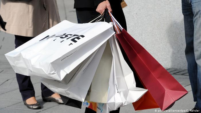 Европейская молодежь начала отказываться от покупки одежды