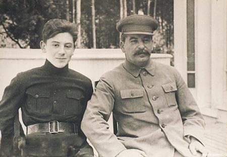 Как воевал на фронте младший сын вождя народов Василий Сталин?