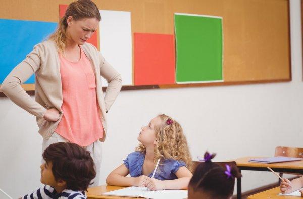 Учитель унижал девочку перед классом. Взгляните, как она отомстила обидчику!